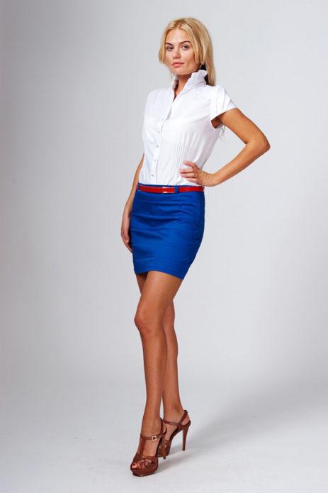 Белая блузка, синяя юбка мини с красным поясом и коричневые босоножки