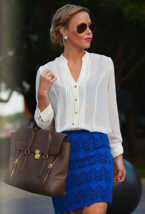 Девушка в кремовой шифоновой блузке с длинным рукавом, в синей вязаной юбке миди, с коричневой сумкой и в очках авиаторах