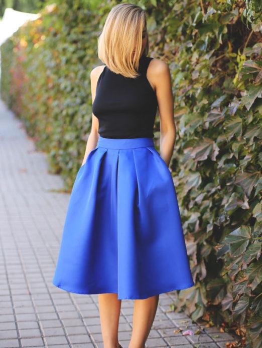 Черный топ и пышная синяя юбка