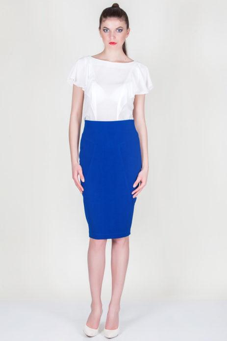 Ярко-синяя юбка-карандаш с белой блузой и белыми туфлями