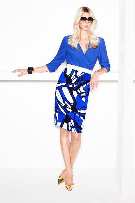 Прямая синяя юбка с рисунком крыло бабочки и белым поясом, синяя блуза и золотистые лодочки