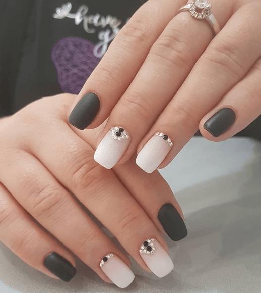 Аккуратный черно-белый маникюр с бусинами