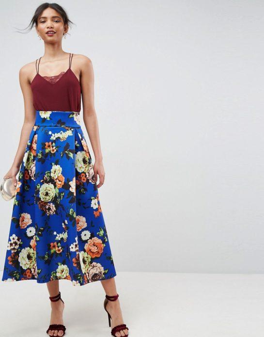 Девушка в бордовом топе и синей юбке макси с завышенной талией с цветами