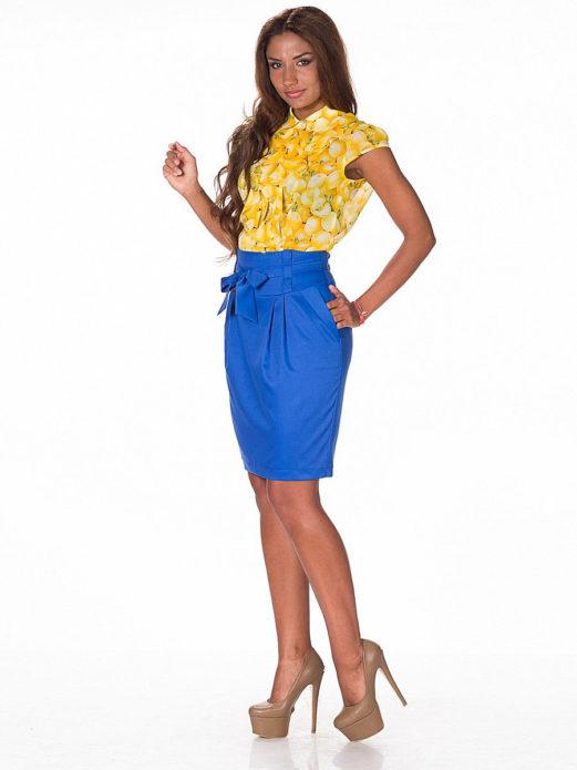 Желтый топ из шифона и синяя юбка тюльпан с бежевыми туфлями на платформе