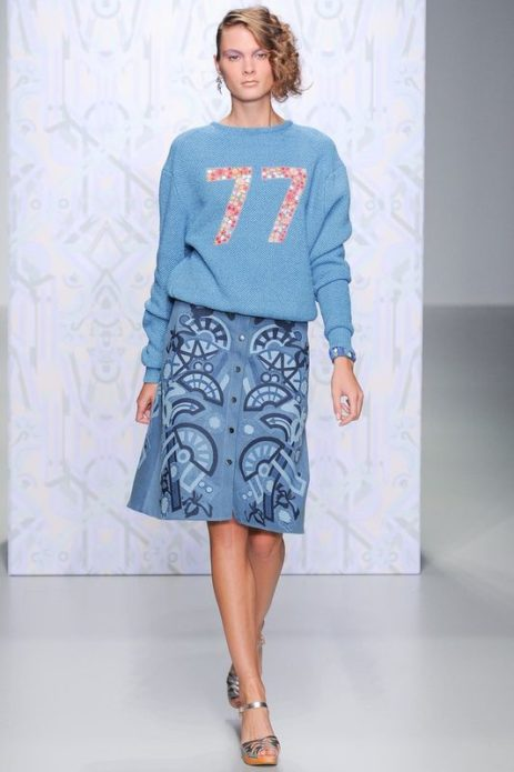 Светло-синяя прямая юбка из денима с цветочным рисунком, голубой свитер с цифрами и серебряные босоножки