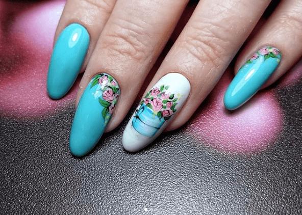 Бело-голубой маникюр с цветами