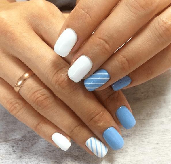 Бело-голубой маникюр с полосками