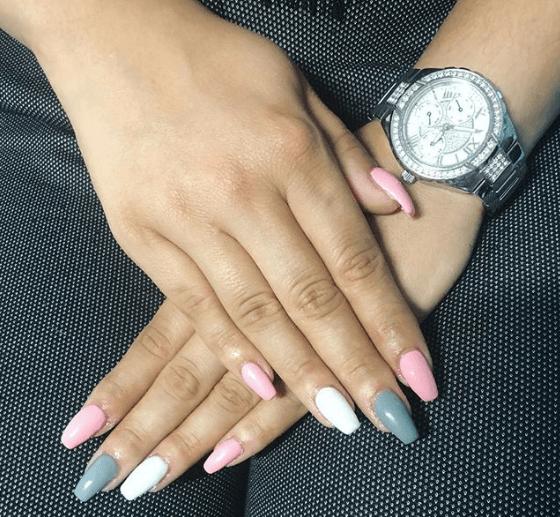 Бело-серо-розовый маникюр