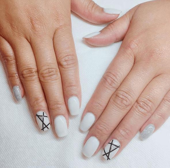 Белый маникюр с черными полосками на одном ногте