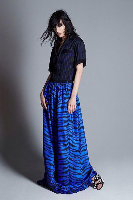 Свободная синяя юбка макси с рисунком под зебру и ерная рубашка с укороченным рукавом
