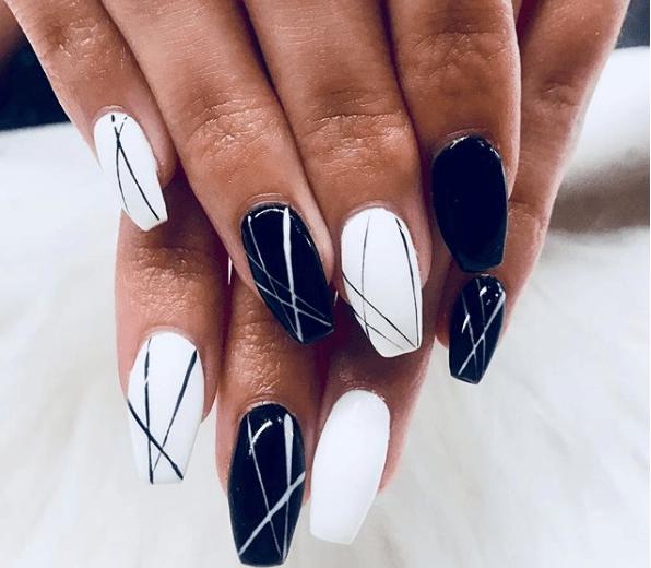 Черно-белый маникюр с ассиметричными полосами