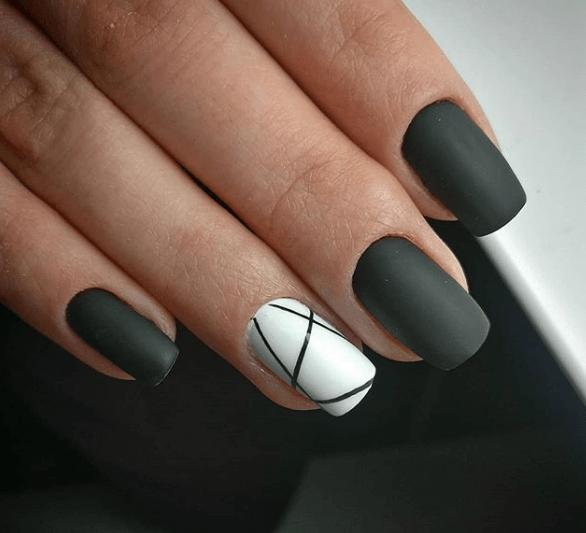 Черно-белый маникюр с ассиметричными полосками