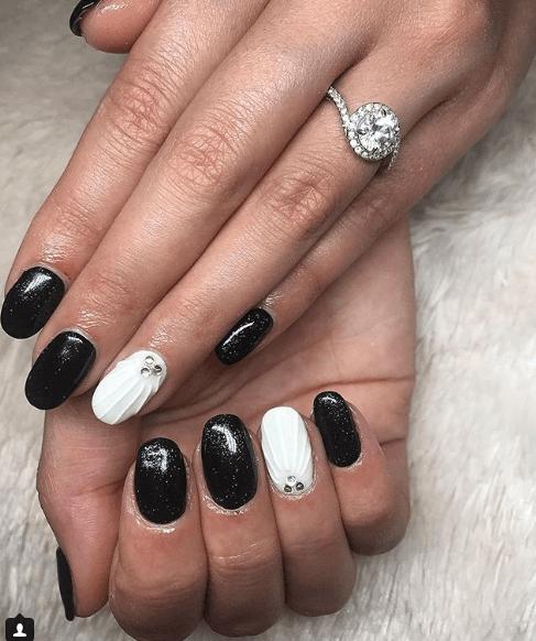 Черно-белый маникюр с блестками, камнями и дизайном ракушка