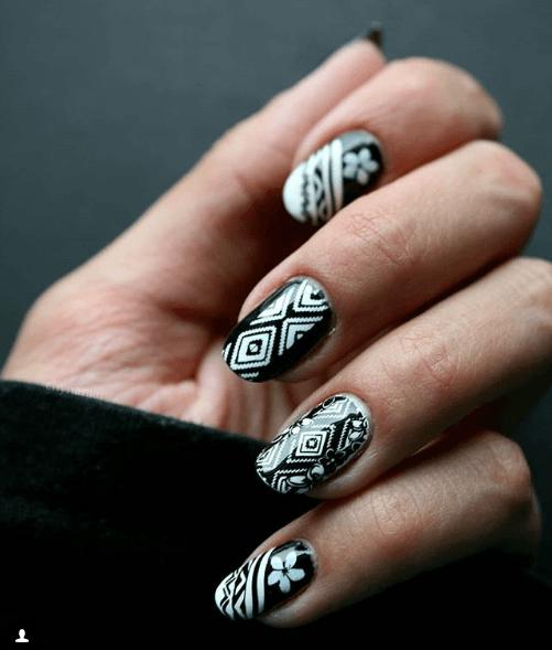 Черно-белый маникюр с геометрическими и цветочными узорами