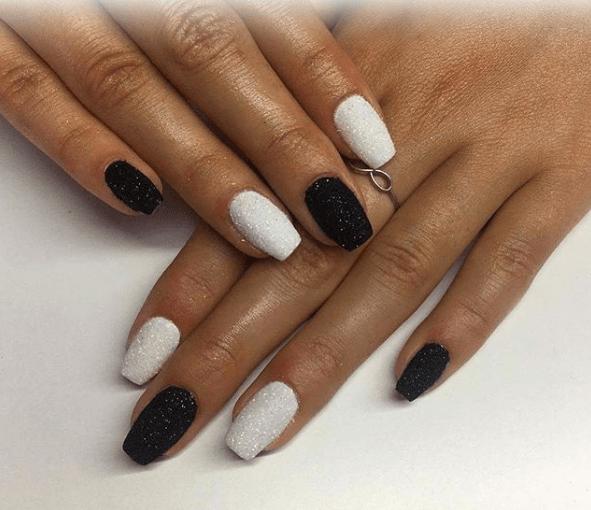 Черно-белый маникюр с глиттером