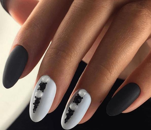 Черно-белый маникюр с камнями и пудрой
