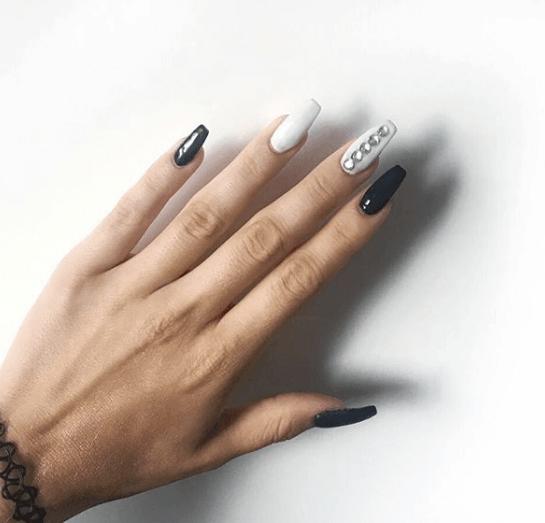 Черно-белый маникюр с камнями на длинные ногти