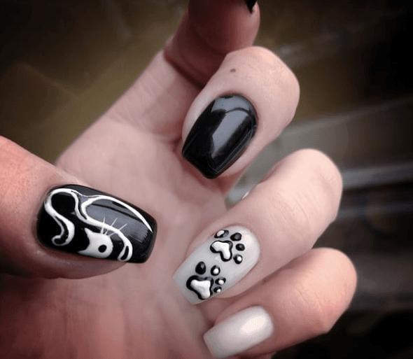 Черно-белый маникюр с кошкой и лапками