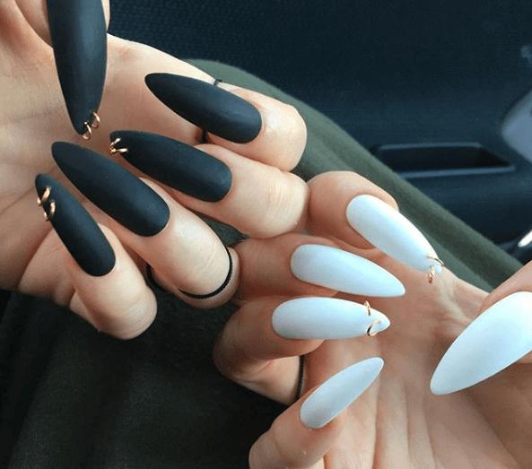 Черно-белый маникюр с пирсингом на длинные ногти