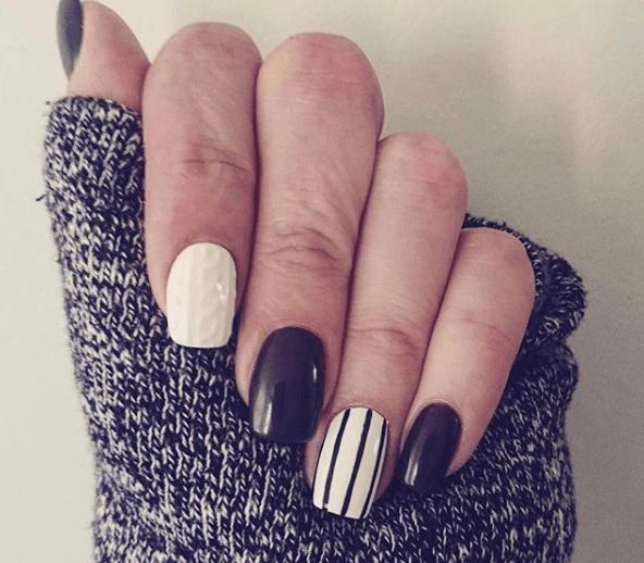 Черно-белый маникюр с полосками и пудрой