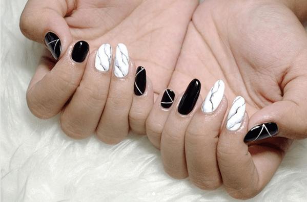 Черно-белый маникюр с полосками и рисунком под мрамор