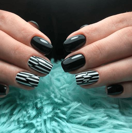 Черно-белый маникюр с полосками и звездой