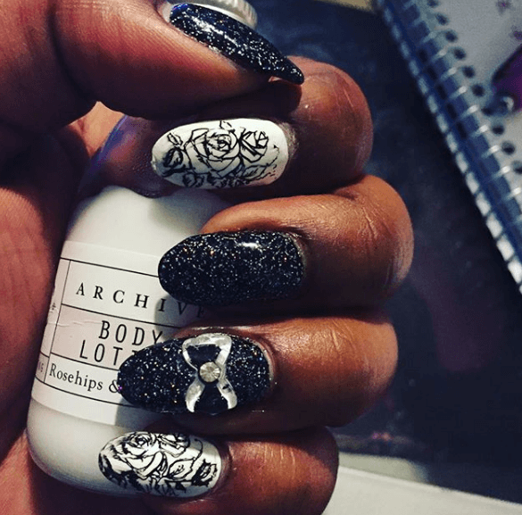 Черно-белый маникюр с пудрой-глиттером, дизайном розы и бантиком из акрила