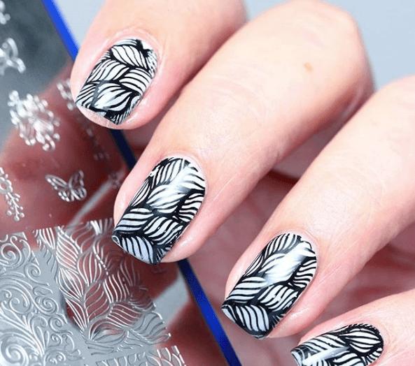Черно-белый маникюр с растительным орнаментом