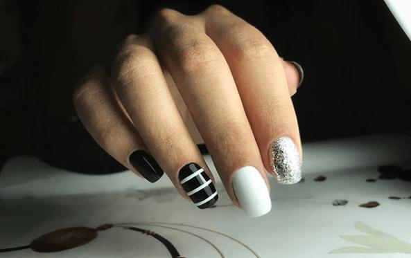 Черно-белый маникюр с серебряными блестками и полосками