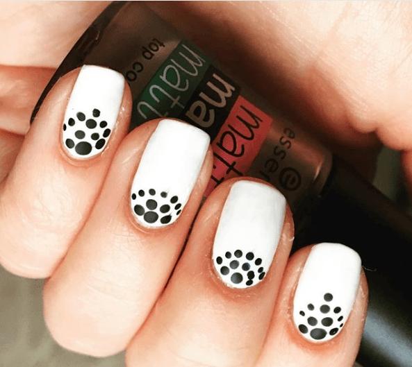 Черно-белый маникюр с точками