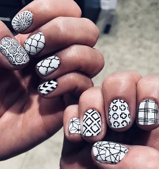 Черно-белый маникюр с узорами на короткие ногти