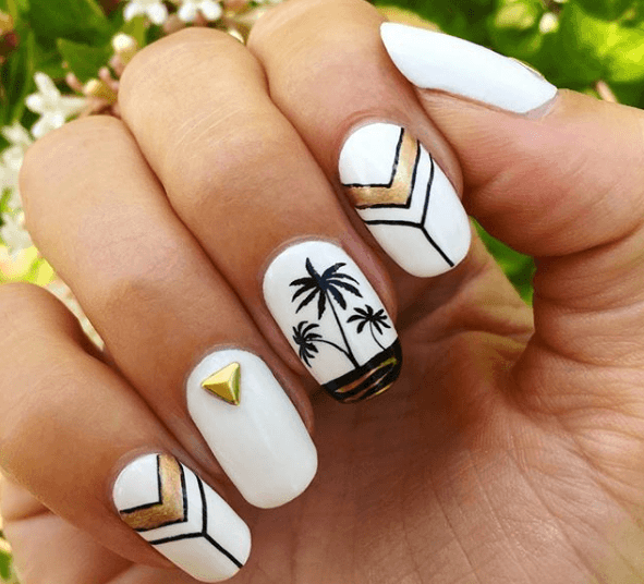 Черно-белый маникюр с золотыми узорами и пальмами