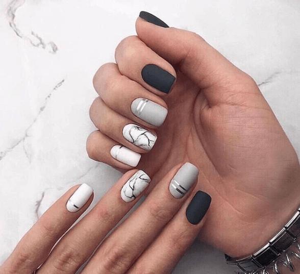 Черно-серо-белый маникюр с металлизироанной полосой и узором мрамор
