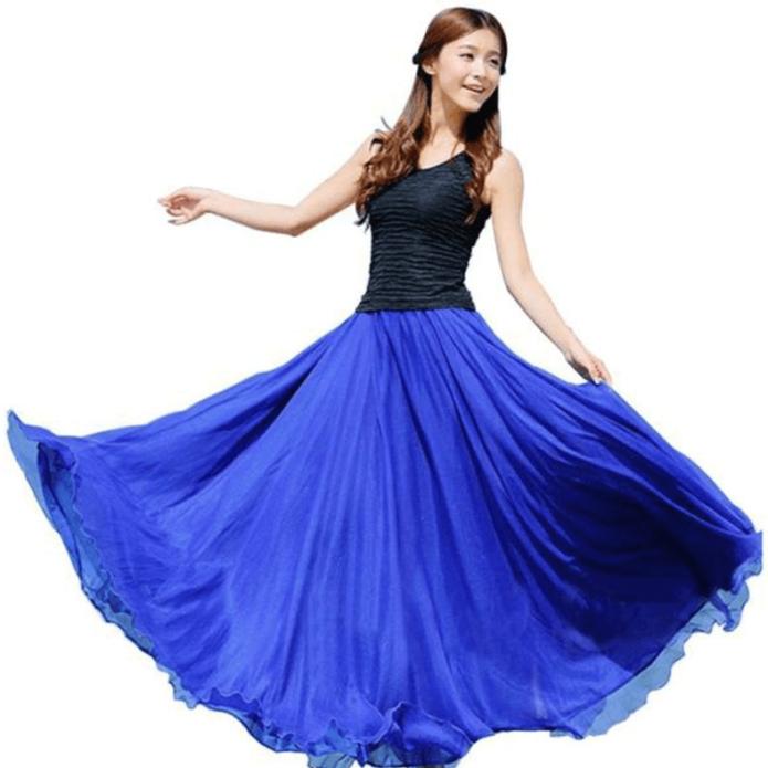 Девушка в длинной синей шифоновой юбке с черным топом