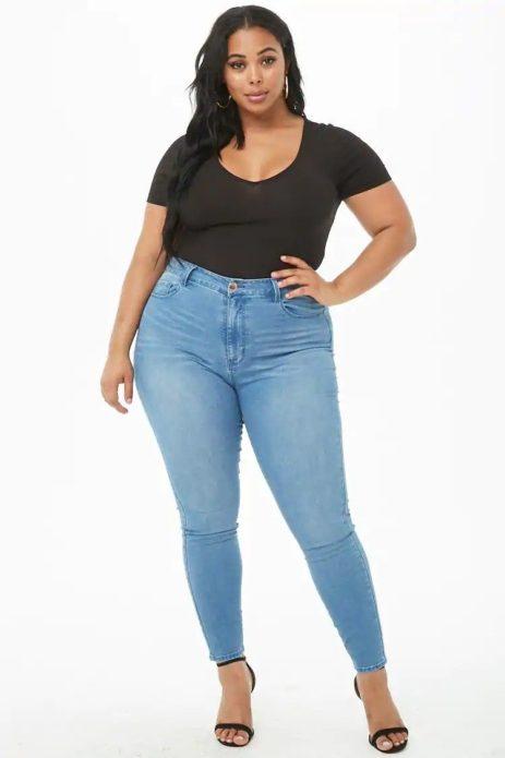 Светлые джинсы с высокой посадкой для полных женщин