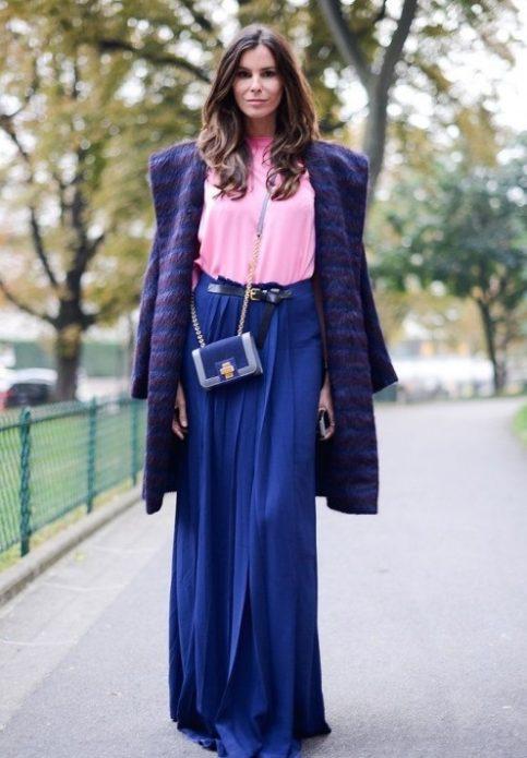 Девушка в розовом топе, синей юбке в пол и сине-бордовом пальто