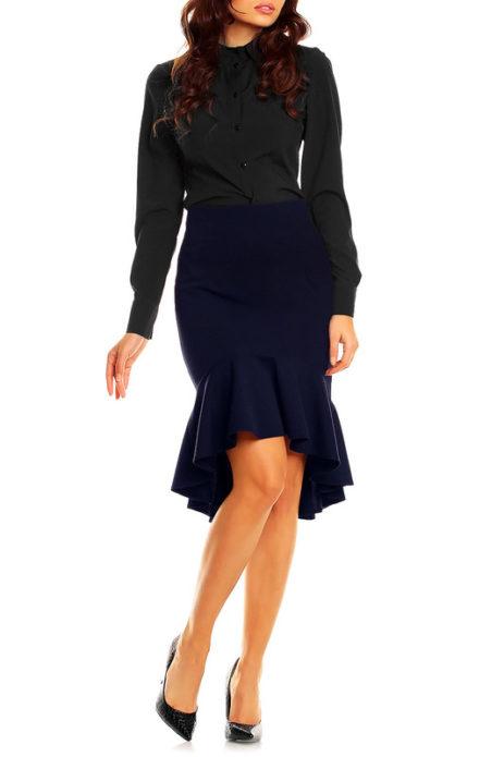 Черная рубашка с длинным рукавом, темно-синяя юбка годе и черные туфли на каблуке