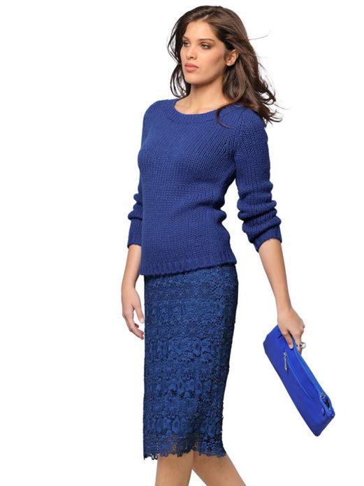 Девушка в вязаном синем свитере с кружевной юбкой и ярко-синим клатчем
