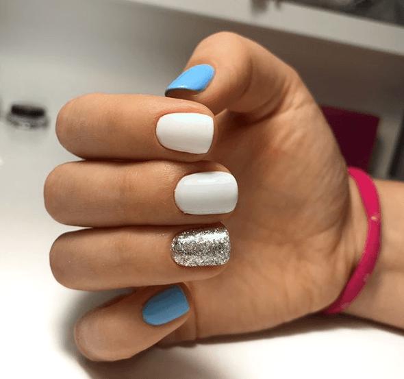 Голубо-белый маникюр с серебряными блестками