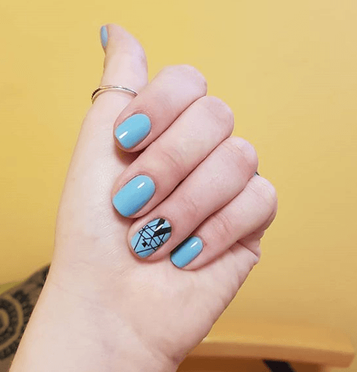 Голубой маникюр на короткие ногти с геомтерическими узорами