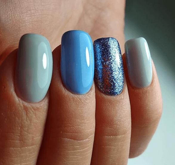 Голубой маникюр разных тонов с блестками