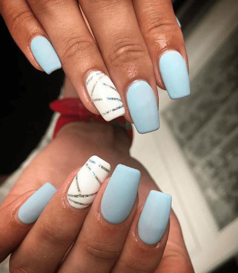 Голубой маникюр с белым и фольгой