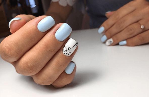 Голубой маникюр с белым и рисунком