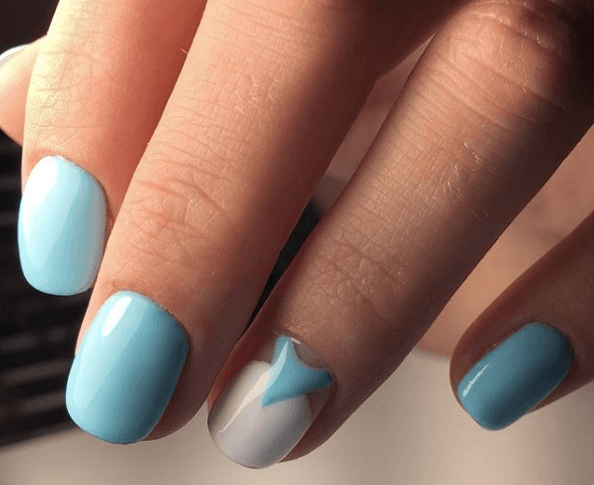 Голубой маникюр с белым пальцем