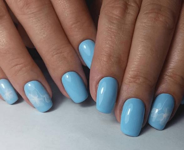 Голубой маникюр с белыми цветами