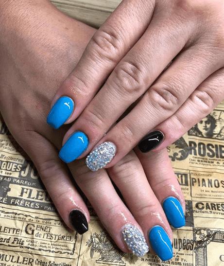 голубой маникюр с черным и глиттером