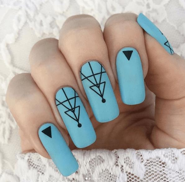 Голубой маникюр с геометрическими узорами на длинные ногти