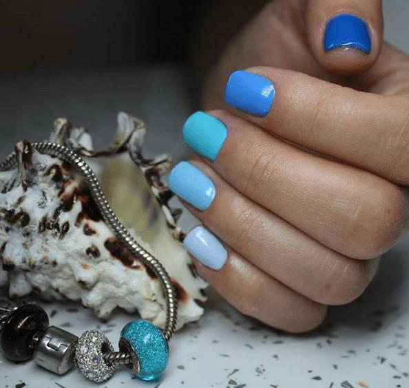 Голубой маникюр с градиентом тонов