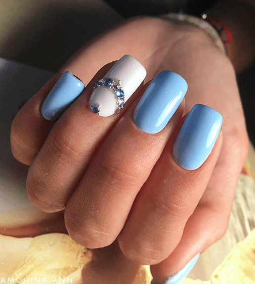 Голубой маникюр с камешками