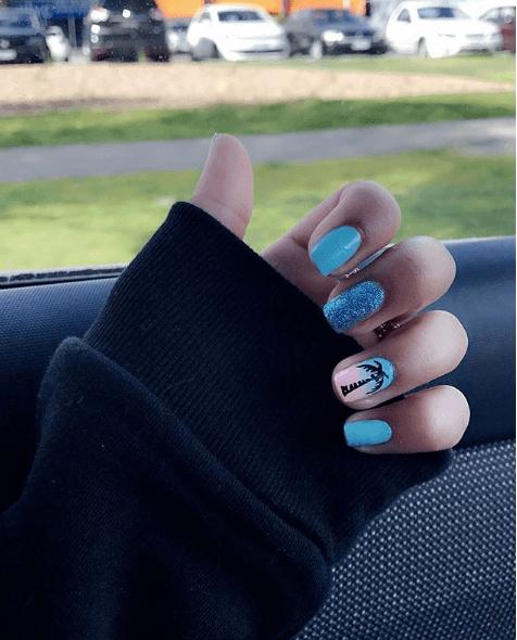 Голубой маникюр с пальмой и блестками